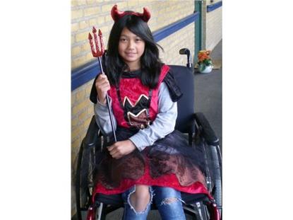 Billede af Djævlekjole. Kostume til kørestolsbruger